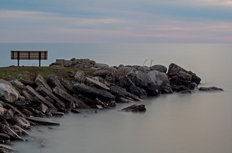 Lange Belichtungs-Park-Bank und Küstenlinie in Meaford, Ontario, Kanada lizenzfreies stockbild