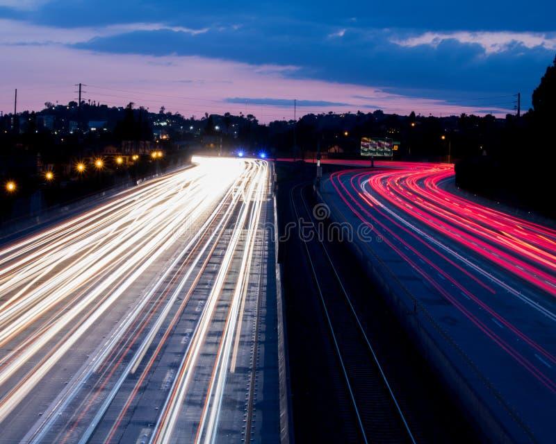 Lange Belichtungs-Unterlassungsautobahn an der Dämmerung lizenzfreie stockfotografie