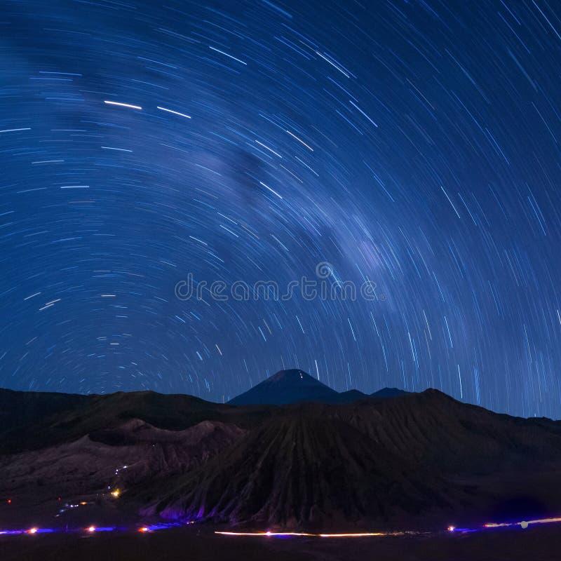 Lange Belichtungsgefangennahme des Sternes schleppt über dem Bromo-Vulkan lizenzfreie stockfotos