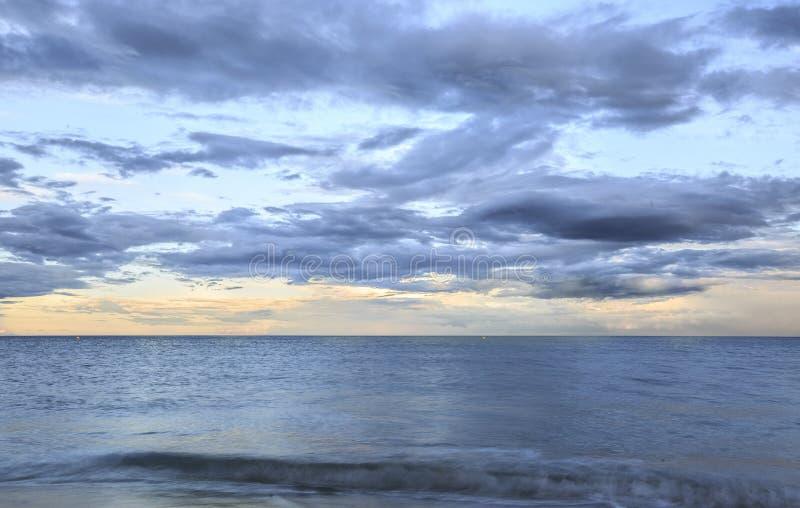 Lange Belichtungsphotographie auf dem Strand stockbild