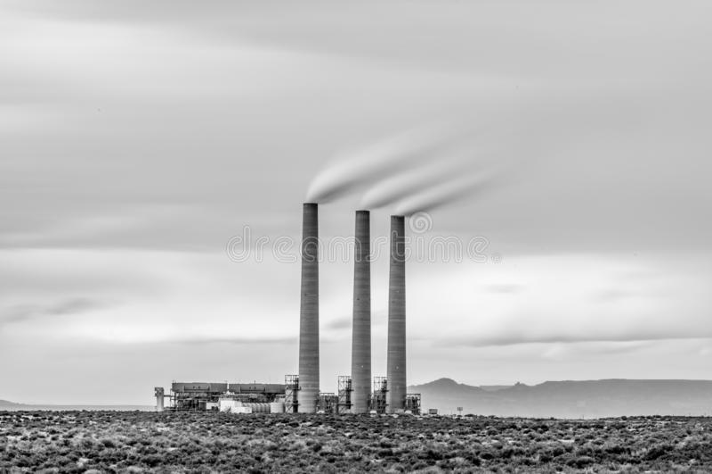 Lange Belichtungsphotographie von Schornsteinen am Navajo-Elektrizitätswerk in der Seite, Arizona lizenzfreie stockfotografie
