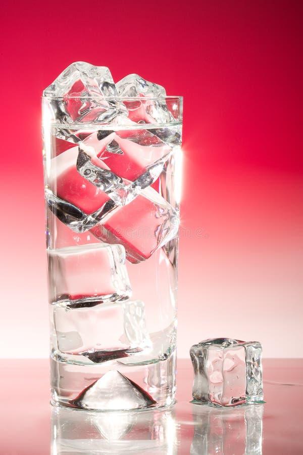 Lange bevroren drank op rood stock afbeeldingen