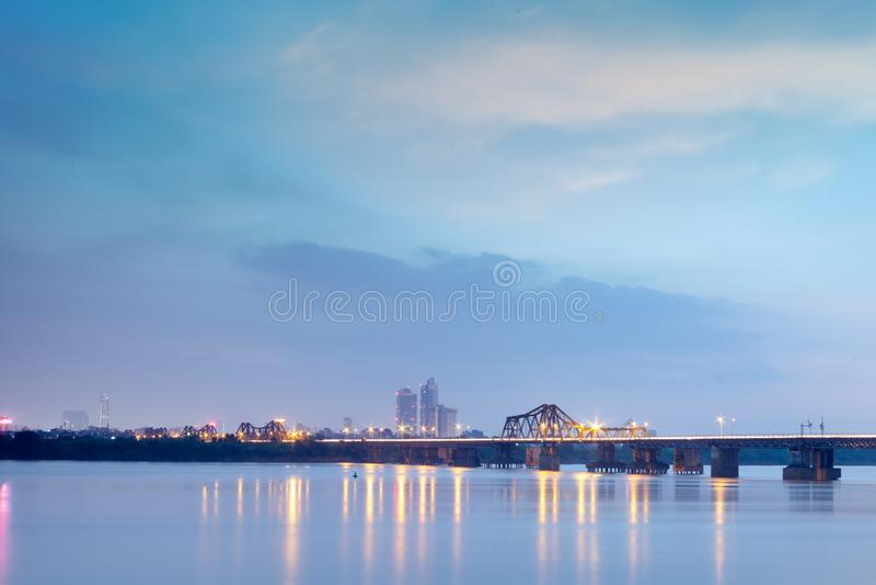 Lange Bien-Brücke in der Dämmerung Hanoi, Vietnam Longbien stockfotos