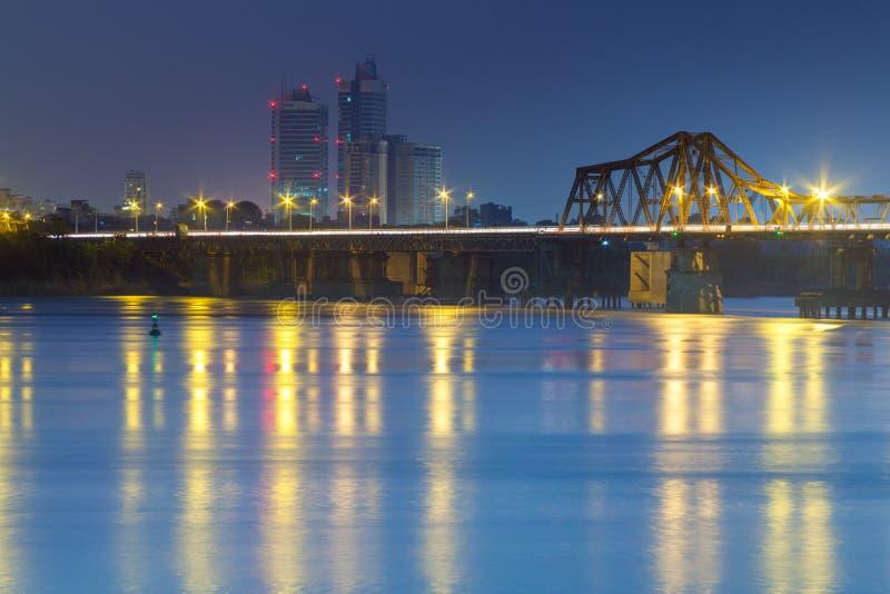 Lange Bien-Brücke an der Dämmerung Hanoi, Vietnam Longbien stockfotografie
