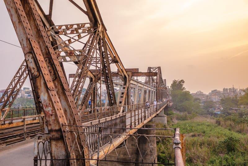 Lange Bien-Brücke vorbei im Sonnenuntergang Hanoi, Vietnam Longbien lizenzfreies stockbild