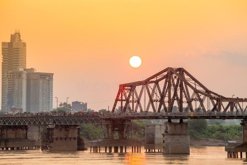 Lange Bien-Brücke vorbei im Sonnenuntergang Hanoi, Vietnam Longbien stockfotos