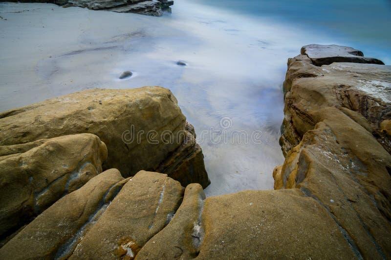 Lange blootstelling bij Windansea-strand in San Diego, Californië stock foto's