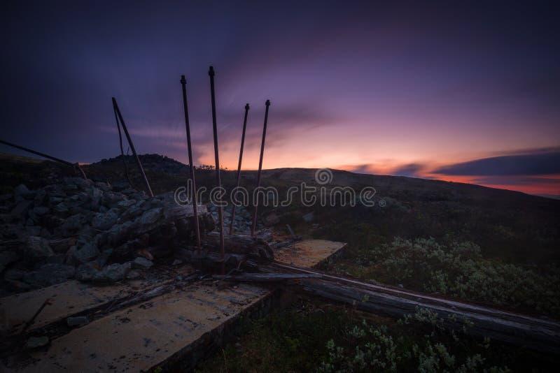 Lange blootstelling op nachthemel en landschappen op gebied van Nordgruvefe stock afbeeldingen