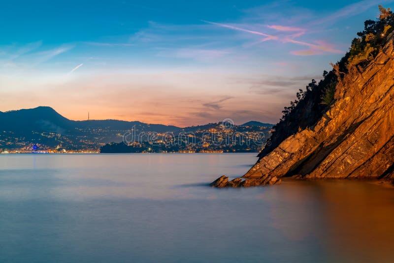Lange blootstelling Rapallo zoals die van Zoagli bij de zonsondergang wordt gezien stock foto's