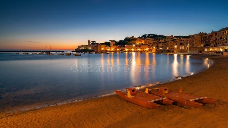 Lange blootstelling in Sestri Levante bij het blauwe uur stock fotografie