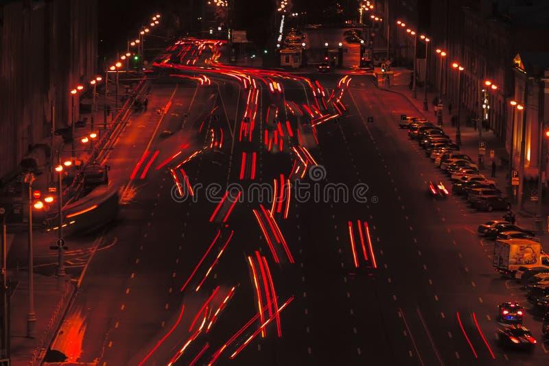 Lange blootstelling van autolicht, het verkeer van de slepenfoto op de weg bij nacht, selectieve nadruk stock afbeeldingen