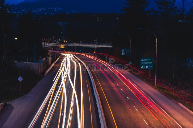 Lange blootstelling van autolichten op weg bij nacht royalty-vrije stock afbeelding