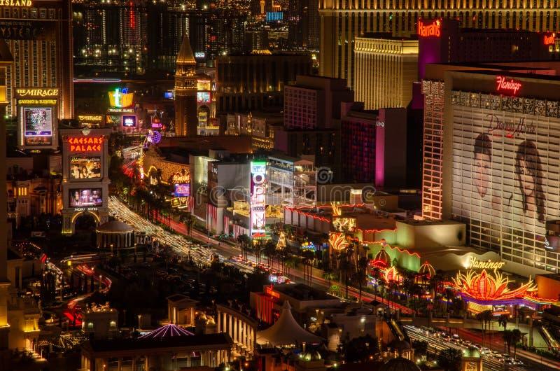 Lange blootstelling van de Strook van Las Vegas buiten het Paleis & de Flamingo van Caesers stock foto