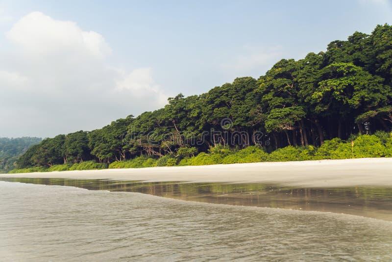 Lange blootstelling van strand Idyllisch tropisch paradijs met zijn lange weelderige bergen, royalty-vrije stock fotografie