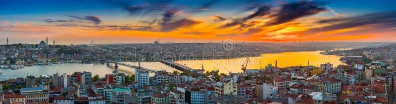Lange blootstellings panoramische cityscape van Istanboel in mooie dra stock foto