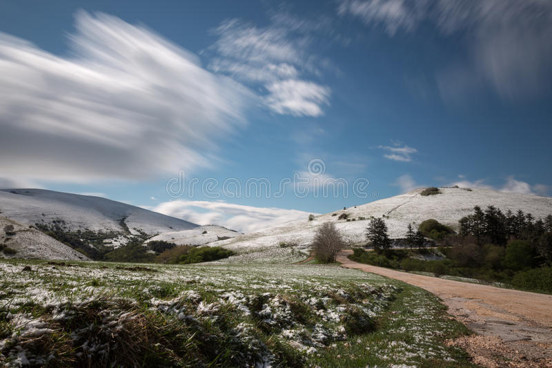 Lange blootstellingsfoto van een berglandschap met groen gras en m stock afbeelding