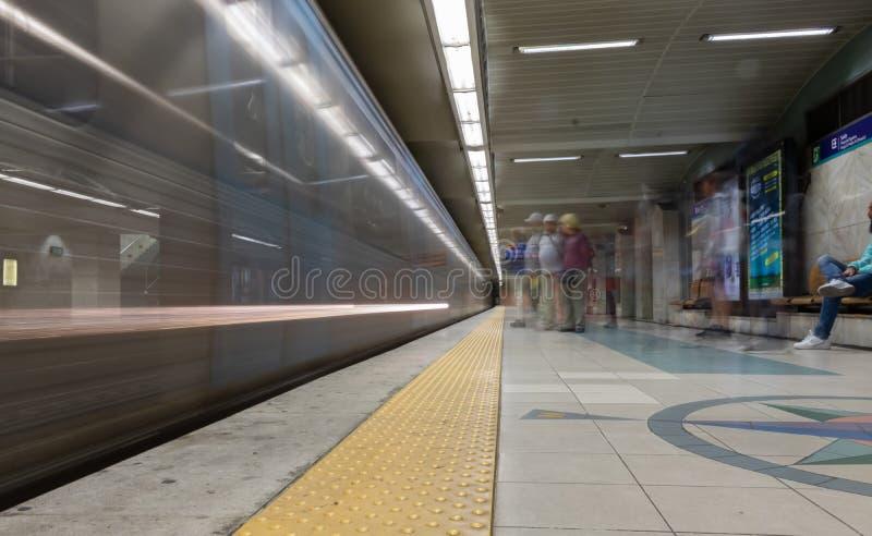 Lange blootstellingsfoto van het bewegen van metro in rossio Lissabon royalty-vrije stock afbeeldingen