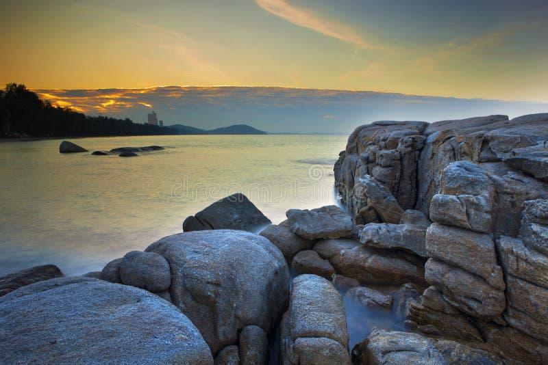 Lange blootstellingsfotografie van rotsstrand mae rumpung rayong easte royalty-vrije stock afbeelding