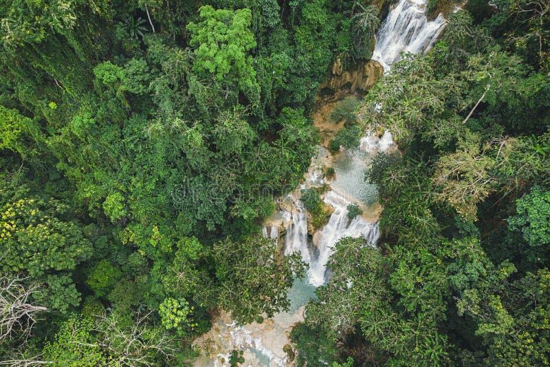 Lange Blootstellingsfotografie van Tad Kuang Si-waterval, Lungprabang, Laos Mooie foto van exotisch Aziatisch landschap Foto van stock fotografie