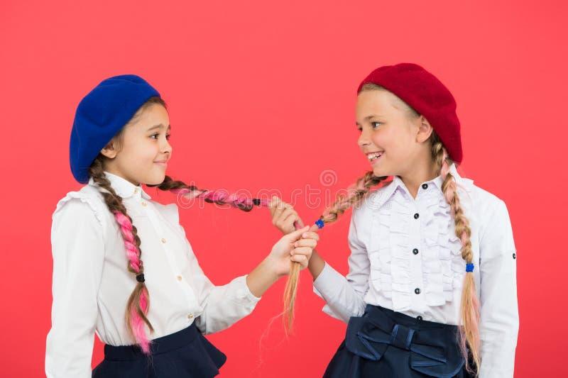 Lange Borten der Mädchen Modetrend Es ist ehrfürchtige Färbungshaar-Spaßfarben Schüler mit dem langen umsponnenen Haar Friseursal stockfotografie