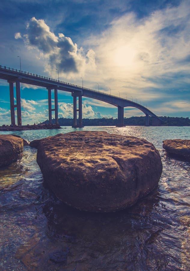 Lange Brücke in Kambodscha-Meer stockfotografie