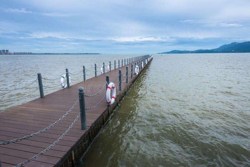 Lange brug op Dian Chi-meer stock afbeelding