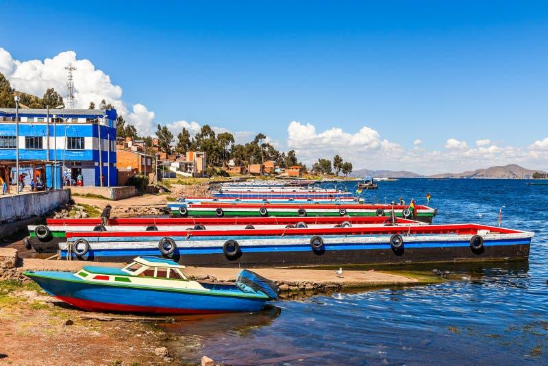 Lange bunte Passagierfähren auf der Küste von Titicaca, Straße von Tiquina, Tiquina, Bolivien lizenzfreies stockbild