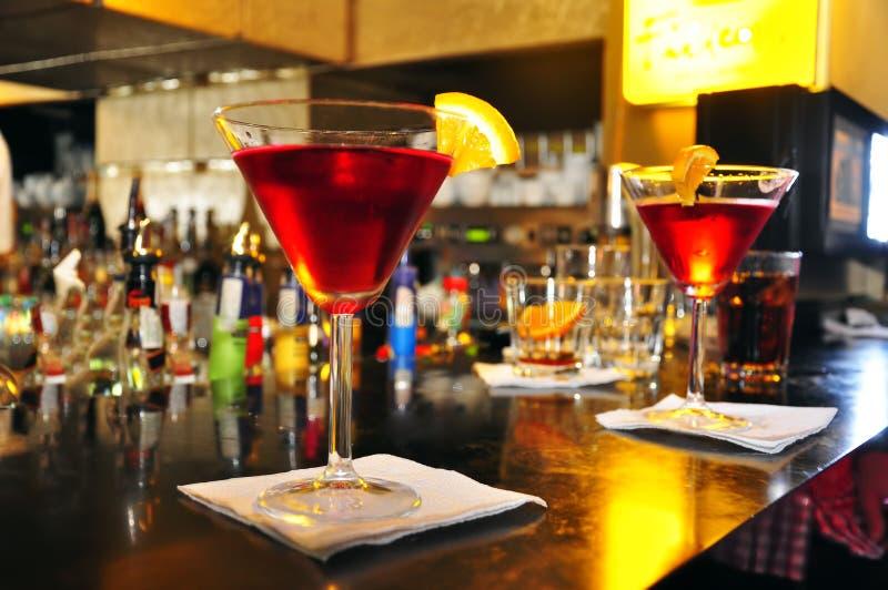 Lange cocktail met rode alcoholische drank en sinaasappel stock afbeeldingen