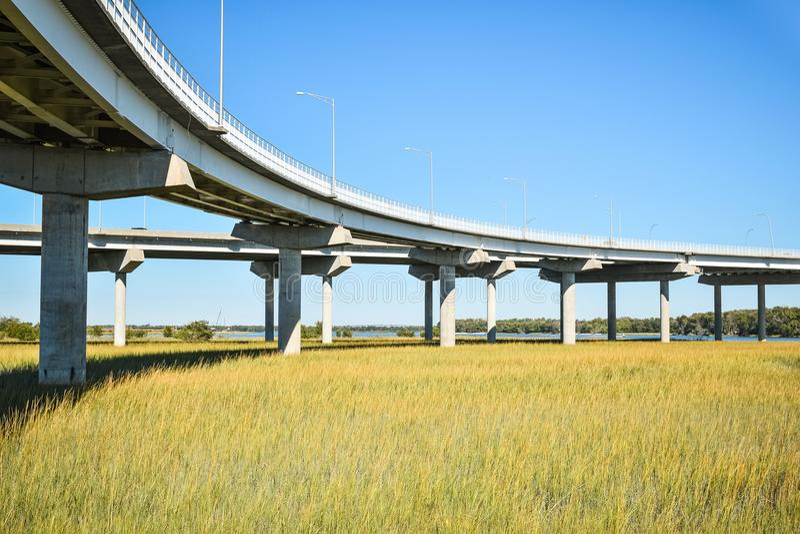 Lange concrete brugstichting die moerasgebied kruisen royalty-vrije stock fotografie