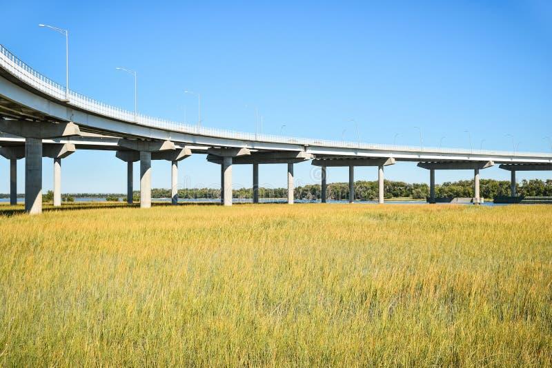 Lange concrete brugstichting die moerasgebied kruisen royalty-vrije stock foto