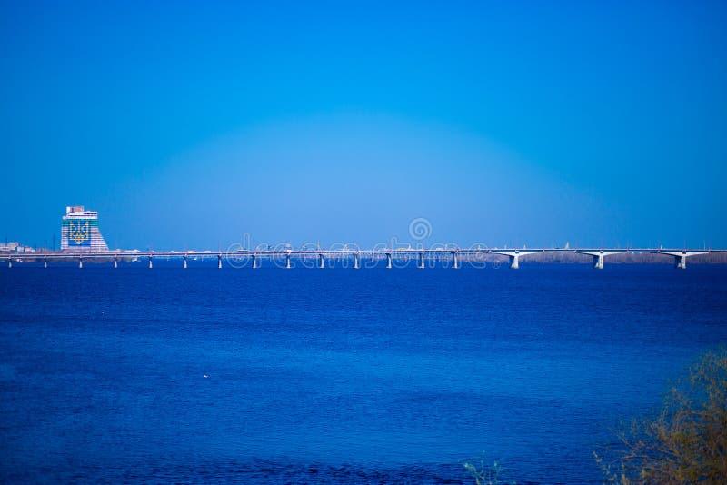 Lange concrete brugweg over brede rivier royalty-vrije stock afbeelding