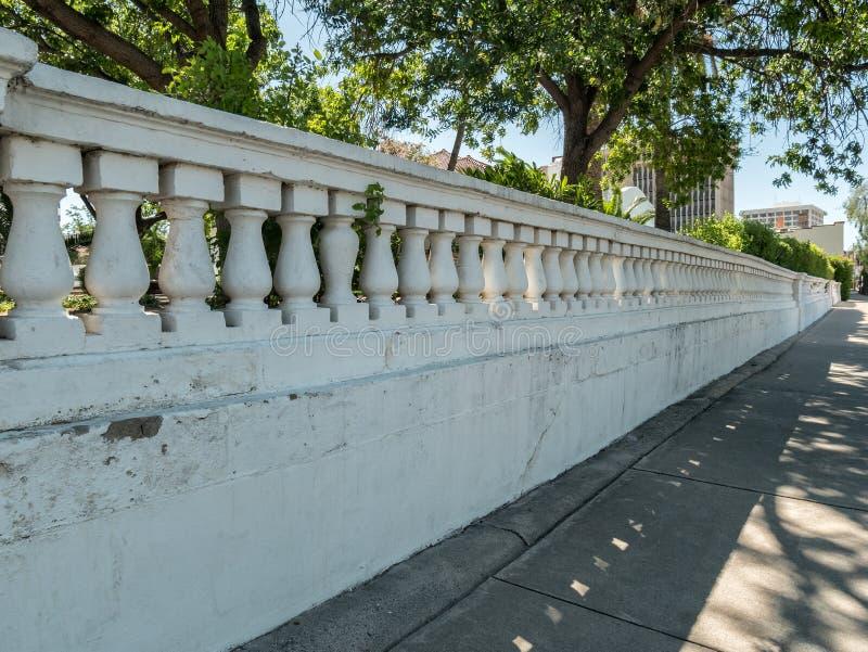 Lange concrete omheining royalty-vrije stock afbeeldingen