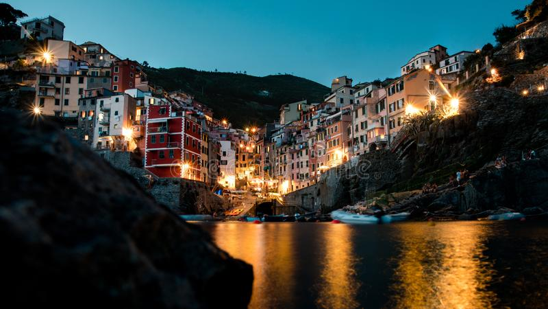 Lange de blootstellingsnacht van de Riomaggiore cinque terre lage hoek stock foto
