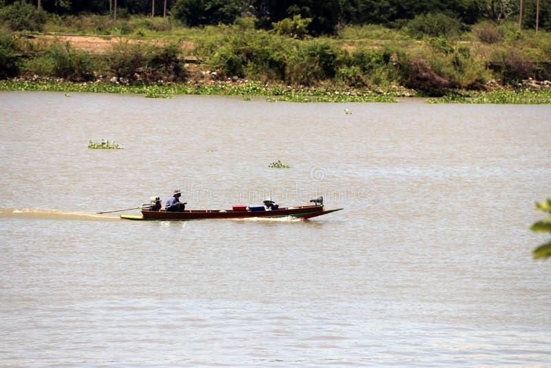 Lange de staartboot van de verkopersaandrijving op Chao Phraya River voor poging om iets, vooral kleine goederen te verkopen stock afbeelding