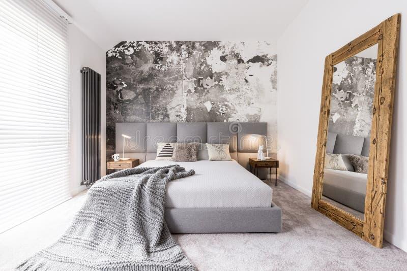 Lange Decke auf Doppelbett stockfoto
