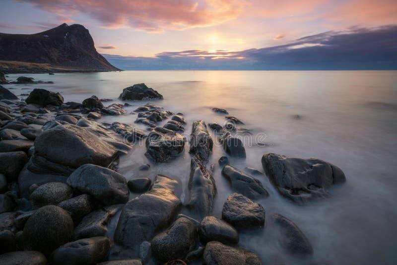 Lange die blootstelling in Myrland/Lofoten-eilanden in Noorwegen wordt geschoten stock foto