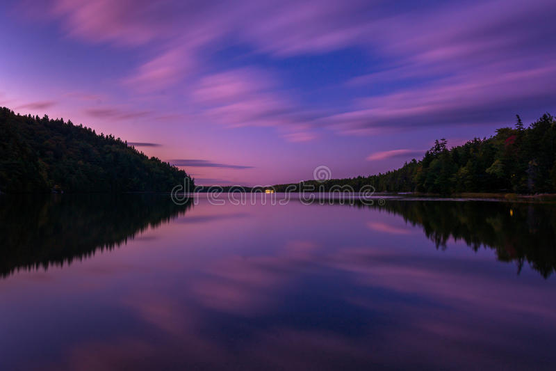 Lange die blootstelling na zonsondergang in Echo Lake, Acadia Nationaal P wordt genomen stock foto's