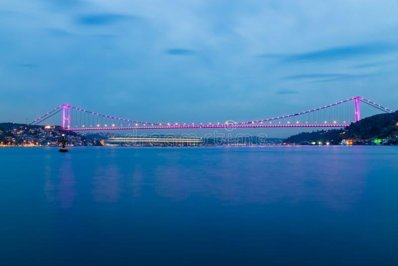 Lange die blootstelling van Fatih Sultan Mehmet Bridge wordt geschoten stock fotografie