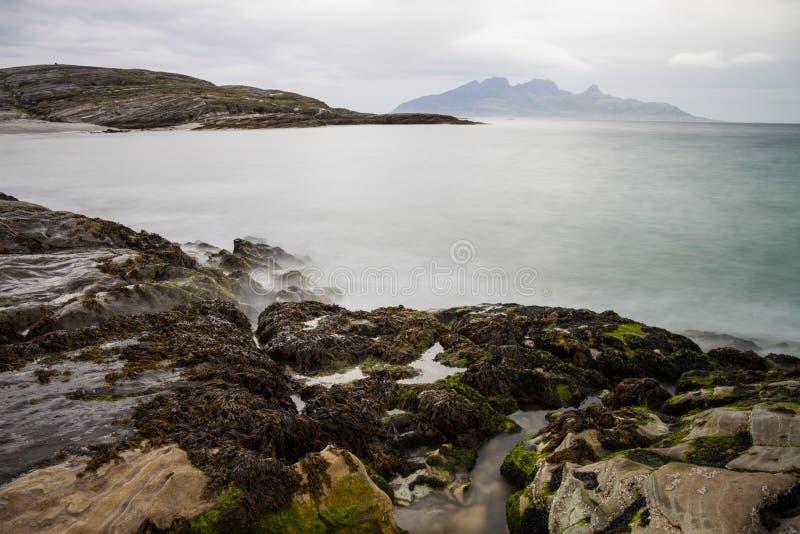 Lange die blootstelling van rotsen en golven in Noordelijk Noorwegen wordt geschoten stock fotografie