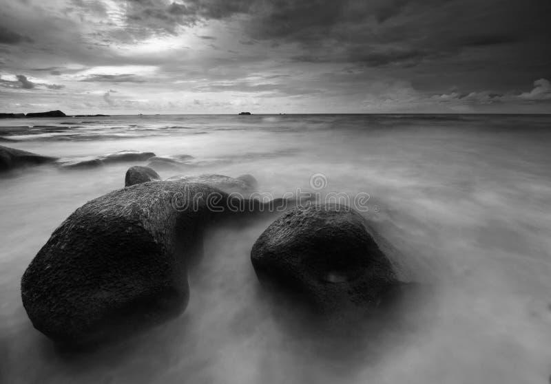 Lange die blootstelling van rotsen en golven wordt geschoten royalty-vrije stock afbeeldingen