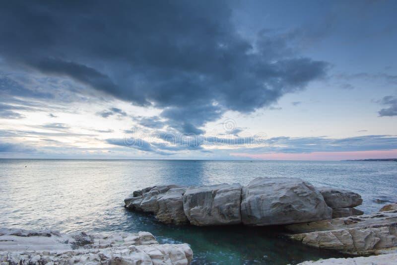 Lange die blootstelling van wolken wordt geschoten die door op de rotsen overgaan royalty-vrije stock fotografie