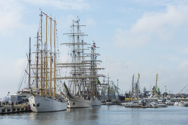Lange die Schepen in haven van Klaipeda worden vastgelegd royalty-vrije stock fotografie