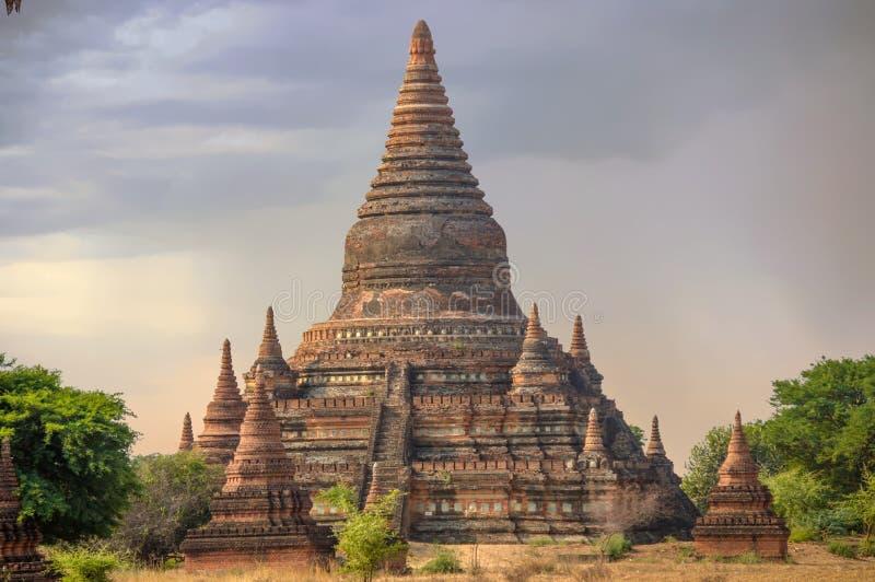 Lange die Stupa door Mini-Pagodas bij Zonsopgang wordt omringd royalty-vrije stock afbeelding