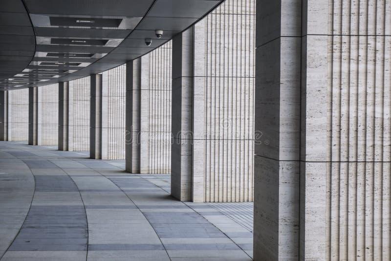Lange die tunnel met kolommen van tuff worden gemaakt stock fotografie