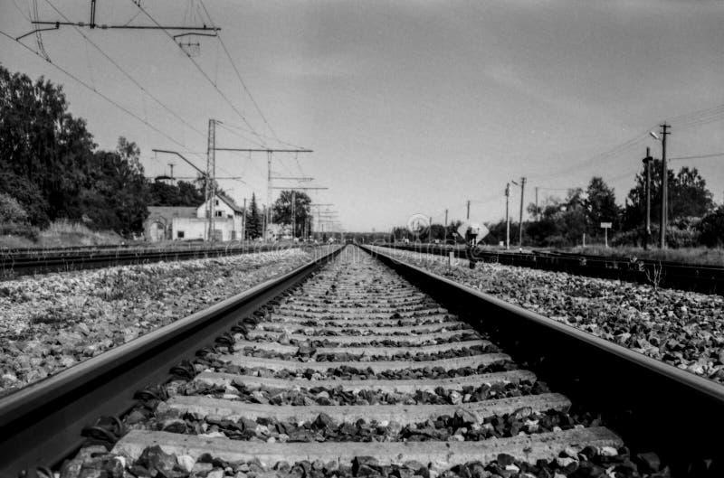 Lange Eisenbahn zum Abstand stockfotos