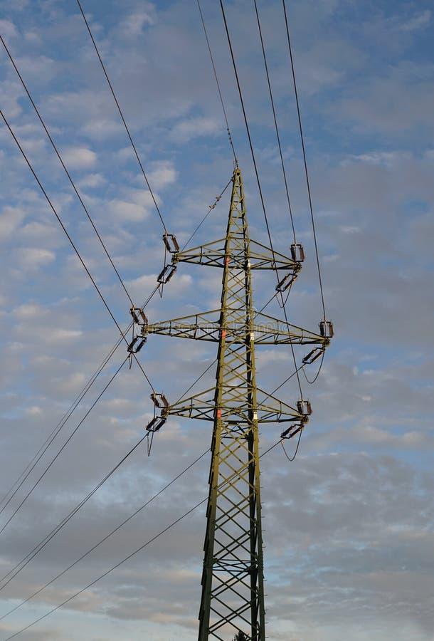 Lange elektrische pyloon die hoog stroom en voltage leiden als symbool van elektriciteit en technologische vooruitgang royalty-vrije stock foto