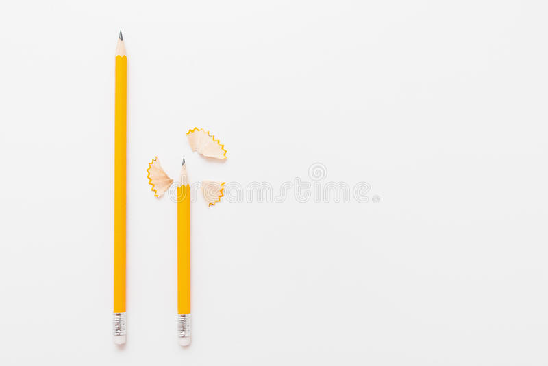 Lange en korte potloden met spaanders op wit royalty-vrije stock fotografie