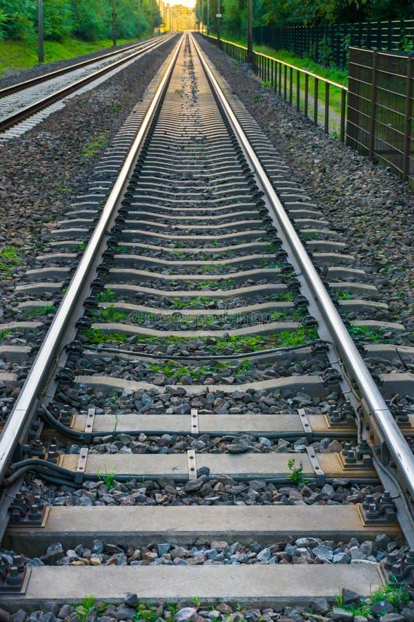 Lange endlose Zugeisenbahn, die über der Eisenbahnlinienahaufnahme des Horizonttransportes hinaus verschwindet stockbild