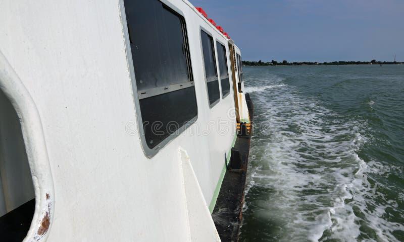 Lange Fährenläufe speedly auf dem Meer lizenzfreie stockbilder