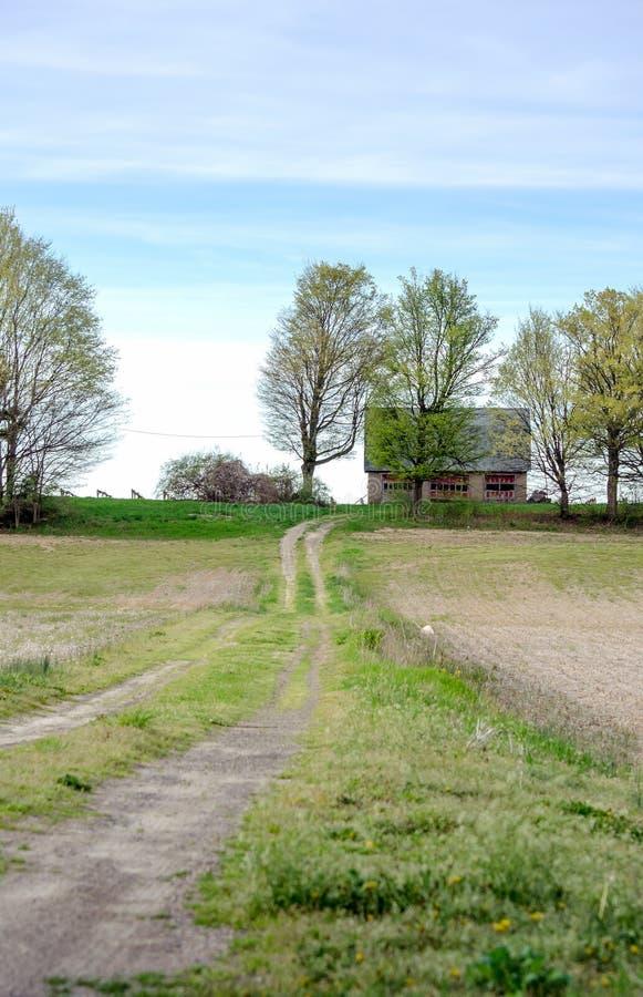 Lange Fahrstraße zu einer ländlichen Scheune in Michigan USA lizenzfreie stockfotografie